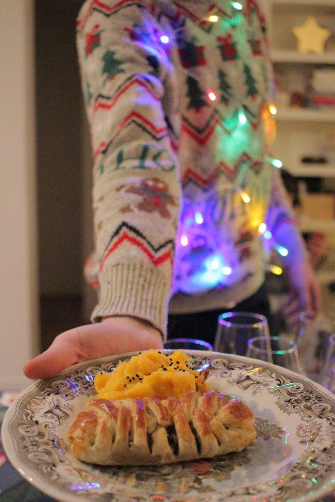 Feuilletés végétariens avec une poilée de champignons, seigle, petits pois, carottes râpées et marrons, accompagnés d'une purée pommes de terre/patates douces/potimarron