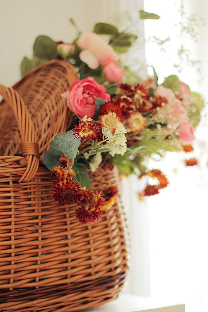 Bouquet de fleurs séchées dans panier